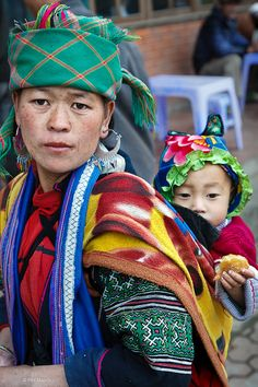 Black Hmong mother and child - Sapa, Vietnam We Are The World, People Around The World, Around The Worlds, Laos, Cultural Diversity, Mother And Child, Child Baby, Happy Baby, Mothers Love