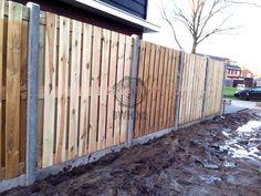 Geimpregneerde houten tuinschermen geplaatst tussen 10 x 10 cm betonpalen met ronde kop. Schutting en foto van houthandel Gadero.
