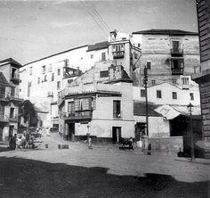 Plaza de la Aduana. Las viviendas estaban construidas adosadas a las murallas medio derruidas de la antigua Alcazaba. 1910 Málaga, Andalucía , España. Malaga, Old Pictures, Spain, Street View, City, Country, Seville, Rook, The Neighborhood