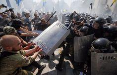 Haos u Kijevu! Najmanje 50 povrijeđenih u protestima radikala protiv izmjena ustava! | http://www.dnevnihaber.com/2015/08/haos-u-kijevu-najmanje-50-povrijedjenih-u-protestima-radikala-protiv-izmjena-ustava.html