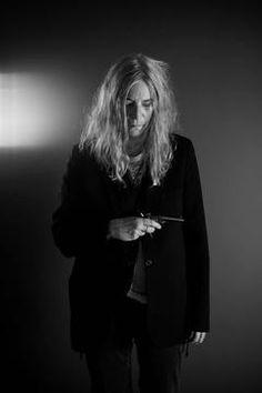 En visite à Mons, la chanteuse Patti Smith pose avec le revolver.