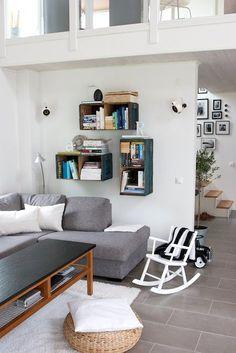 INTERIORS ORIGINALS: LA CASA DE CAROLINE - love the pallet style book shelves
