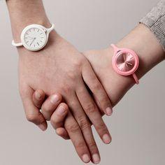Montre Take Time : trois façons différentes de la porter : accrochée à un passant de pantalon et à ranger dans sa poche (façon gousset), accrochée à un sac à main ou tout simplement à porter au poignet en montre bracelet.