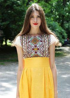Льняное дизайнерское платье с вышивкой