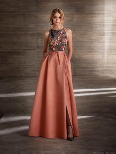 Vestidos de fiesta Manu García 2019 - Moda en PasarelaModa en Pasarela ✫♦๏༺✿༻☘‿SA Jun ‿❀🎄✫🍃🌹🍃🔷️❁✿~⊱✿ღ~❥༺✿༻🌺♛༺ ♡⊰~♥⛩⚘☮️❋ Elegant Dresses, Pretty Dresses, Formal Dresses, Skirt Outfits, Beautiful Outfits, Designer Dresses, Evening Dresses, Party Dress, Fashion Dresses