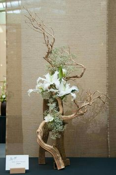 Ikebana with driftwood Ikebana Arrangements, Easter Flower Arrangements, Ikebana Flower Arrangement, Easter Flowers, Floral Arrangements, Spring Flowers, Arte Floral, Deco Floral, Floral Design