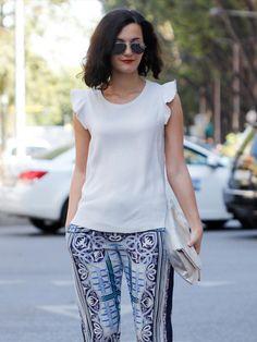 Streetstyle mit Seidenhose. Eine bedruckte Hose mit weißer Bluse ist perfekt für den Sommer geeignet.