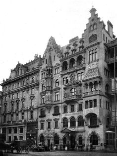 Hotel Meissl Schadn in Vienna around 1900 between Neuer Markt and Kärntnerstraße. Boiled beef temple, where even the emperor came to eat once. The Jewish owners were expropriated in 1938 and the hotel destroyed during the war. Architecture Old, Classical Architecture, Historical Architecture, Gothic Aesthetic, Dream City, Gothic House, Vienna Austria, Facade Design, Old Buildings