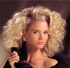Frauenfrisuren in den 80er Jahren   mittellange blonde lockige Haare, topiert