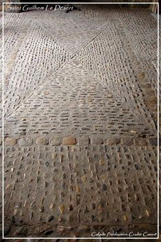 Saint Guilhem The Desert. A terrace calade with a pavement crossed. Pebble Floor, Pebble Mosaic, Stone Mosaic, Stone Path, Pebble Stone, Santorini House, Outdoor Paving, Brick Steps, Paving Design