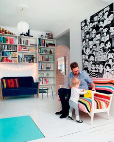 Inspiração para o home office. Usar essas prateleiras brancas em toda a parede. Com espaço para um sova cama. A frente uma bacana para os computadores e a TV que pode servir de monitor tb.