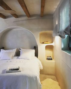 12 Monochromatic Rooms That Will Inspire You to Simplify Your Color Scheme – 10 Built-In Shelves That Are Anything But Dated - Camille Styles Cob House Interior, Adobe Haus, Mediterranean Bedroom, Monochromatic Room, Earthship Home, Mud House, Tadelakt, Earth Homes, Natural Building