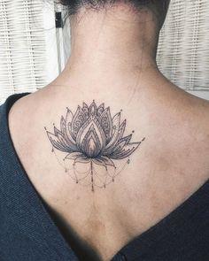 Lotus am Rücken tätowieren lassen, weibliche Tattoo Motive, schwarz, zart