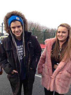 A beanie, a hoodie AND a jacket? Harry you dork. And yet he still looks flawless. Harry Styles 2012, Harry Styles Songs, Singing Career, Love U So Much, Cameron Boyce, Mick Jagger, Harry Edward Styles, Pretty Boys, Role Models
