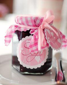 Hausgemachte Marmelade als Geschenk - Eine meiner liebsten Gastgeschenke sind kleine süße Marmeladengläser, gefüllt mit einer hausgemachten Köstlichkeit. Das kann man gut vorbereiten und wetten wir, dass nicht eines stehen bleibt?