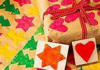Individuell und vielseitig – mit den praktischen Stempeln entsteht ganz schnell eigenes Geschenkpapier.