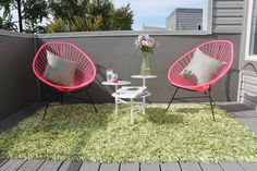 Acapulco chairs and grass Outdoor Spaces, Outdoor Chairs, Outdoor Living, Outdoor Decor, Patio Furniture Redo, Garden Furniture, Furniture Design, Acapulco Chair, Balcony Chairs