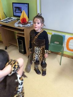 Caveman Costume, Cardboard Art, Stone Age, Fancy Dress, Ideas Para, Paper Crafts, Halloween, Children, Parties Kids