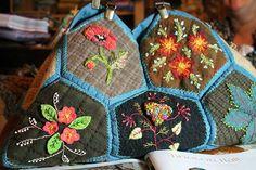 Embroidered bag Le magnifique sac de Martine avec ses hexagones de lainage rebrodés à la façon de Ségolaine et avec sa touche personnelle ...quel choix de...