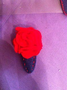 Molletta per capelli in feltro con fiore rosso, cucita a mano