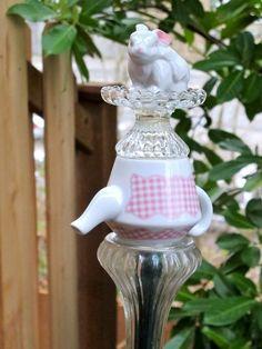 décoration de jardin DIY avec théière et figurine de lapin