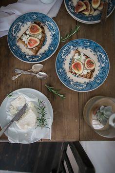 Fig, cottage cheese and rosemary Crostinis * Crostinis de figos, requeijão e alecrim  suvellecuisine.com