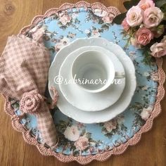 Simplicity and beauty! It doesn& take much to leave a charming table! Crochet Decoration, Decoration Table, Crochet Kitchen, Crochet Home, Crochet Projects, Sewing Projects, Projects To Try, Handmade Crafts, Diy And Crafts