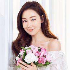 That look is killing me Photo Credit. Lee Bo Young, Bridal Mask, Yoo Ah In, Moon Chae Won, Hallyu Star, Bridesmaid Dresses, Wedding Dresses, Famous Women, Korean Actors