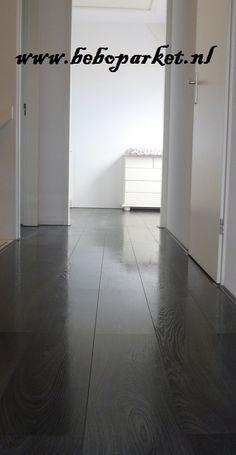 op deze overloop hebben we een houten vloer geplaatst die geleverd is door beboparket. Omdat we de vloer zwevend wilden leggen hebben we gekozen voor lamelparket met een eiken toplaag, en deze hebben we zwart laten olieen door beboparket