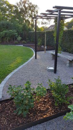 Pergola och Stålkanter Pergola and Steel Edges Back Gardens, Outdoor Gardens, Garden Projects, Garden Yard Ideas, Gravel Garden, Pea Gravel Patio, Backyard Plan, Vegetable Garden Design, Home Landscaping