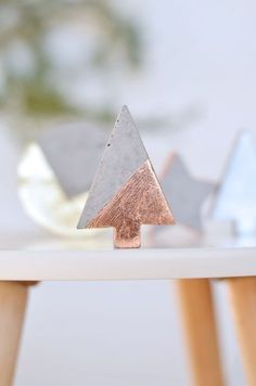 Do It Yourself: Christbaumschmuck aus Beton Tinker Christmas tree decorations made of concrete. In the DIY guide, I'll show you. Noel Christmas, Modern Christmas, Christmas Crafts, Xmas, Diy Crafts On A Budget, Diy And Crafts, Donut Decorations, Christmas Tree Decorations, Winter Diy