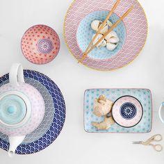 Tischgeschirr. Mit einer leicht fernöstlichen Note. Farbenfroh. Muster. von Tokyo Design Studio.