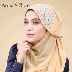 Hmmm, yang tercari cari shawl yang simple dan dan mudah untuk mix & match dengan any colors of outfit, warna peanut adalah yg paling tepat sekali. Try la, serius cantik 😍-anna Anna Rose, Hijab Fashion, Hand Stitching, Shawl, Chiffon, Hijab Styles, Beads, Elegant, Luxury