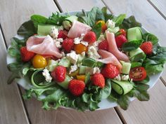Tinskun keittiössä: Kesäinen herkkusalaatti ilmakuivatusta kinkusta ja raikas vinaigrette Fruit Salad, Cobb Salad, Halloumi, Vinaigrette, Feta, Strawberry, Fruit Salads, Strawberry Fruit, Strawberries