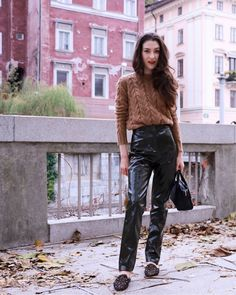 Say it: omg she is wearing vinyl pants!!! Yes, I'm and I love love them! Honestly I think this is my favourite fall look so far. And guess what you can shop my outfit on http://liketk.it/2tbR7 #commissionlink #ad