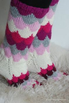 Villasukat matkalaukussa: Pilvenreunalla villasukat. Knitting Wool, Knitting Charts, Knitting Socks, Knitting Patterns, Crochet Socks, Diy Crochet, Marimekko Fabric, Knit Stockings, Wool Socks