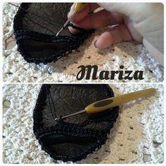MATERIAIS:   Retalhos de curvin   1 cone de linha princesa   Tesoura   Ag. p crochê n 2   2 pares de fivelas   Isqueiro   Caneta p risca...