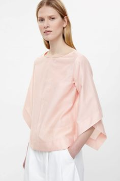 With drape details on the sleeves, this top is made from a crisp cotton-silk blend with a slight sheer finish. An A-line fit, it has a wide round neckline and neat edges. Pink Fashion, Urban Fashion, Unisex Looks, Cos Tops, Cut Sweatshirts, Linen Dresses, Casual Tops, Chic Outfits, What To Wear
