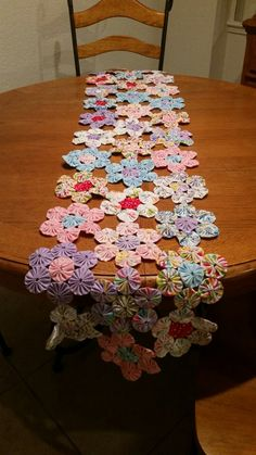 Wood Frame covered in fabric yo-yos with 3 openings Patchwork Table Runner, Patchwork Fabric, Quilted Table Runners, Fabric Scraps, Quilting Projects, Sewing Projects, Yo Yo Quilt, Sewing Crafts, Diy Crafts