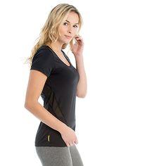 Beautifully simple, this breathable t-shirt is both comfortable and stylish. / D'une élégante simplicité, ce t-shirt offre à la fois confort, style et respirabilité.