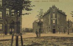 Doklaan, met links de Dokstraat waar nog maar weinig huizen staan. Op beide hoeken ligt een café, links café Esoerance van J. de Reus en H. de Wijs. Het café met de publieke telefoon was van N.A. Langelaar. (datering: 1905, pbk 2022)