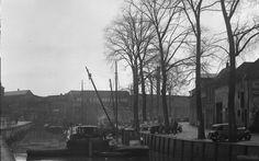 Breda. Jan van Polanenkade en Nieuwe weg (nu Markendaalseweg) met aangemeerde schepen, op de achtergrond de Machinefabriek Breda v/h Backer en Rueb. 1935