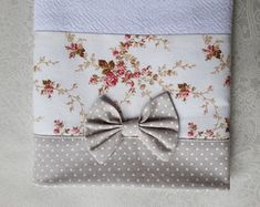 kit-2-panos-de-prato-com-laco-florais-e-bege-floral Baby Boutique Clothing, Kitchen Supplies, Mouse Parties, Table Runners, Mickey Mouse, Patches, Shabby Chic, Quilts, Pillows