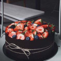 Большой шоколадно-ягодный, в шоколадной каёмке-классическое оформление этой начинки👌🏿