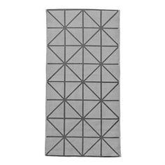 Creëer een huiselijk en behaaglijk gevoel met dit stijlvolle tapijt van Bloomingville! Het tapijt is gemaakt van katoen en is zacht en comfortabel voor uw voeten. Het grafisch patroon in het grijs geeft een moderne uitstraling en past in bijna elke kamer! Kies uit verschillende maten!