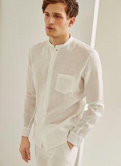 Camisa de lino lavado, tejido emblema de la firma, con un relajado y casual corte Regular Fit. Cuello mao -de origen oriental- y manga larga terminada en puño sesgado. Bolsillo de parche en el pecho y logo bordado en bocamanga.