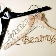 Vintage wedding, Personalized Custom Bridal, Brides Hanger, Bride, Name Hanger, Wedding Hanger, Personalized Bridal Gif de Nurystuff en Etsy