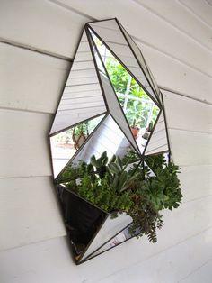 ¿Queréis dar un toque moderno y original a cualquier rincón de vuestra casa sin gastar mucho? Pues introducid un elemento geométrico qu...