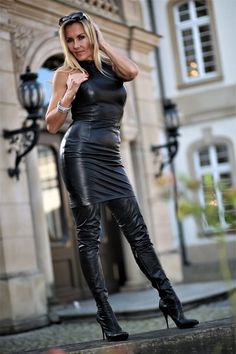 Black Leather Skirts, Leather Dresses, Sexy Stiefel, Leder Outfits, Lady, Dress Attire, Latex Dress, Sexy Older Women, Sexy Boots