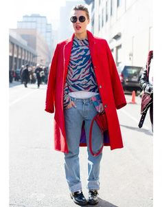 Street Style Fashion Week New York manteau rouge chaussures Balenciaga